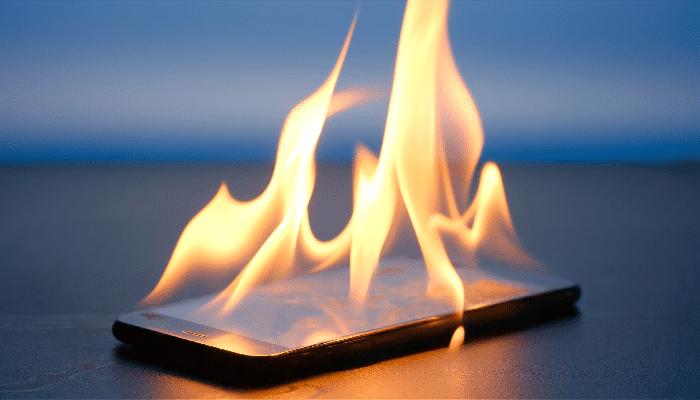 Smartphone prende fuoco per colpa di un virus